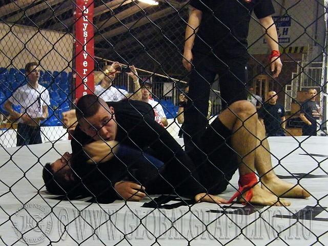 A Cage Grappling-ben nem lehet 'páston' kívülre kerülni