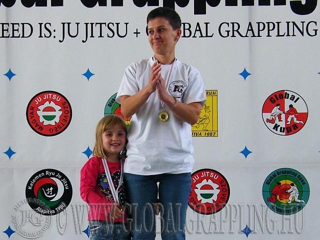 Adrienn és Bíborka, nyakukban az érmekkel Apa arcképével a III. Emlékversenyen 2012-09-22.-én