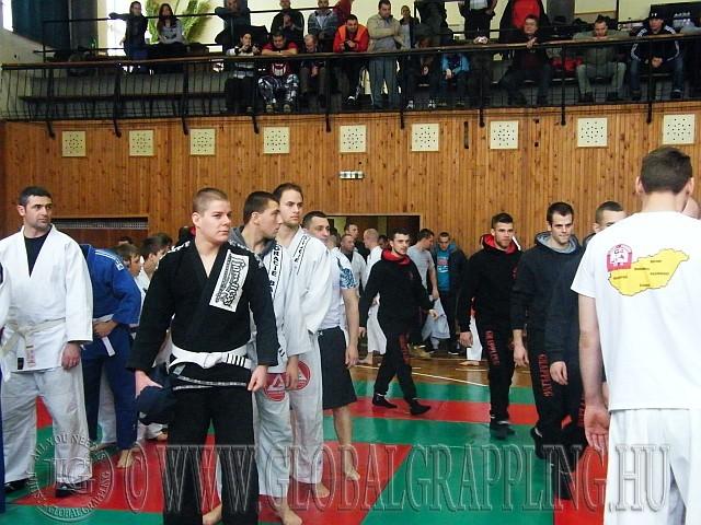 Bevonulnak a csapatok a megnyitó ünnepségen