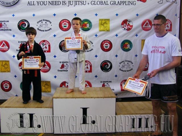 A Gi Grappling Manó Fiú 32 kg dobogója