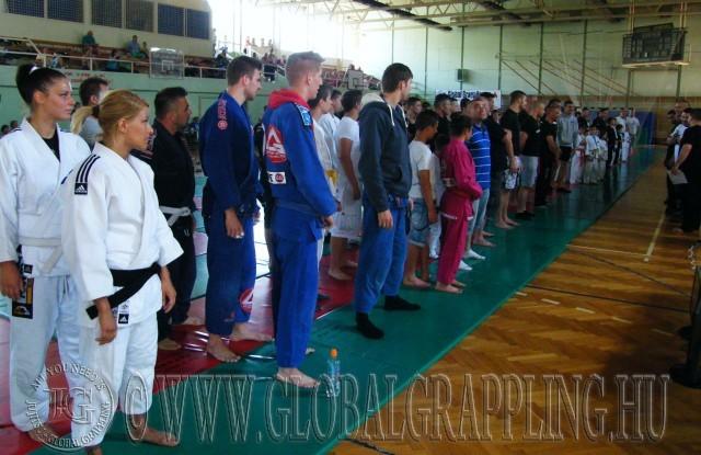 A csapatok felsorakoznak a megnyitó ünnepségen