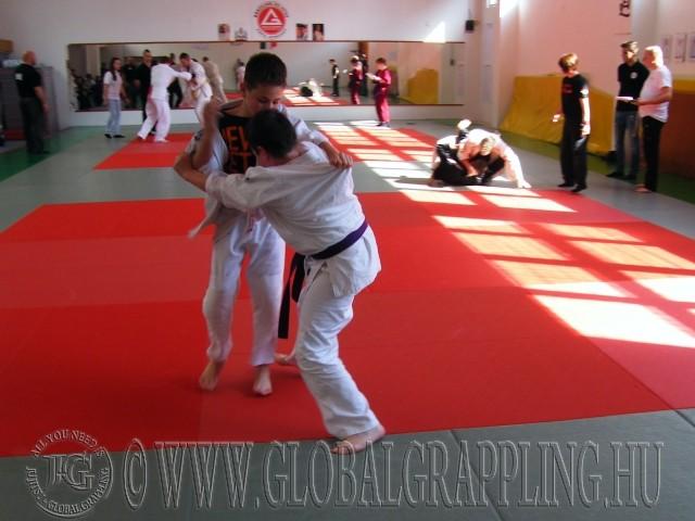 200 m2 tatamin, kiváló körülmények között, három 'páston'  rendeztük meg a versenyt