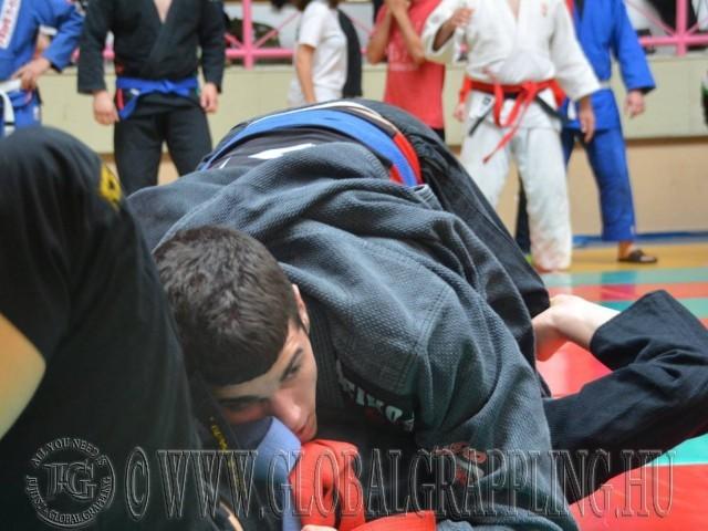 A küzdelem közben a következő mérkőzés résztvevői már a szőnyeg szélén állnak