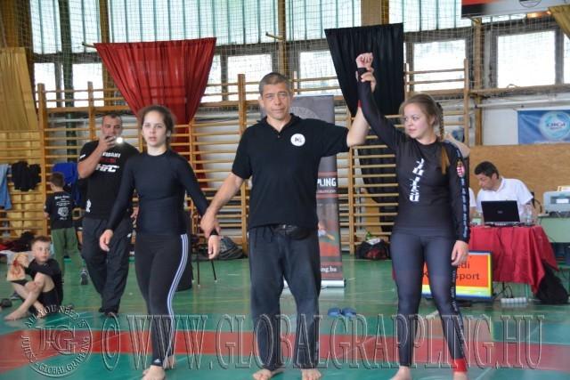 Fekete Sándor eredményt hirdet a NoGi Junior Leányok küzdelmében