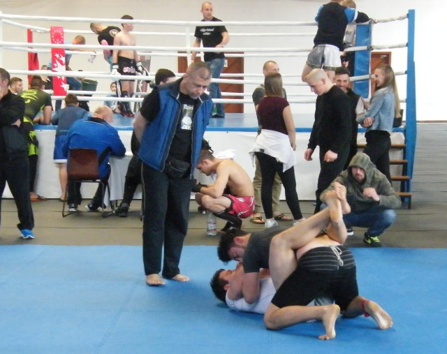 A ringben Imre Zsolt betanuló bírónk, a tatamin Fekete Sándor bírónk vezeti a mérkőzést