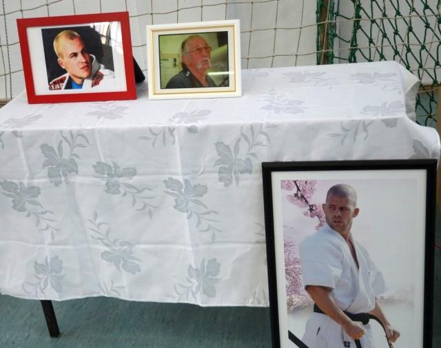 Az emlékasztal Csapó Ferenc, Vlado Schmidt és Vikker Dániel képeivel