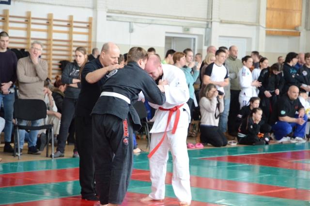 Látássérült versenyző esetén összekapaszkodásból indul a küzdelem
