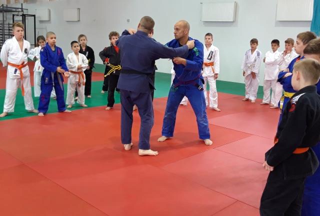 Stágel György és Sós György edzést tart a gyerekeknek