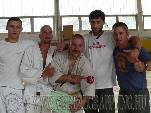 2010 május 22.-én az V. Földharc Versenyen Norbi (középen) társaival, Cápával és mesterével