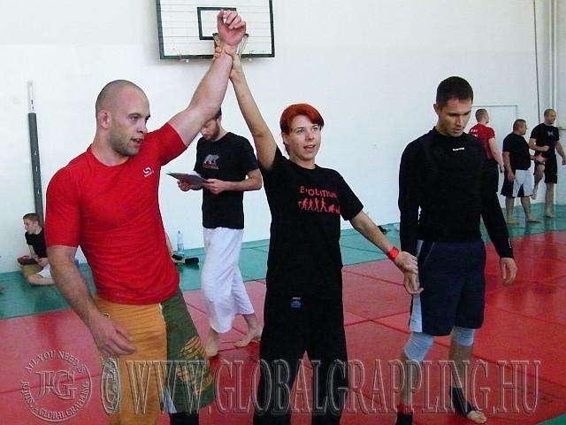 Fekete Dániel győz Vörösmarthi Tibor ellen, bíró Balogh Andrea