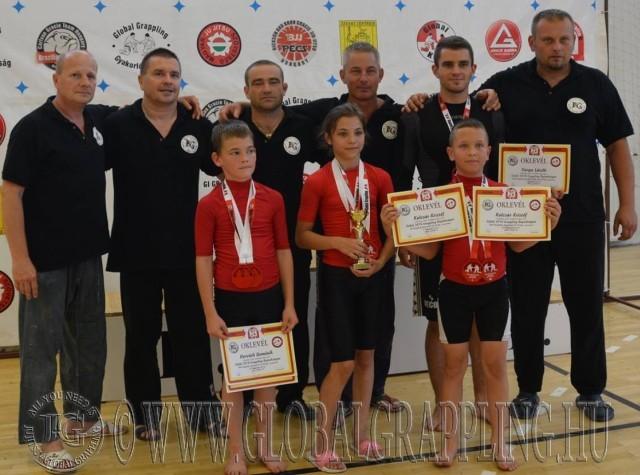 A Legeredményesebb női versenyző Tóth Alexa csapattársaival és a bírákkal