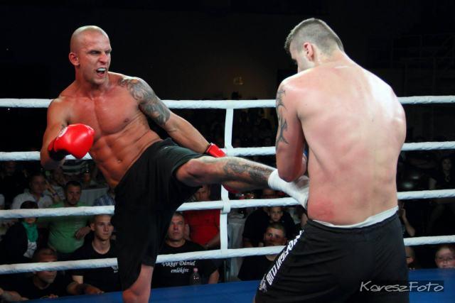 Imre Zsolt küzd román ellenfelével a II. Vikker Dániel Emlékversenyen (Kareszfoto)