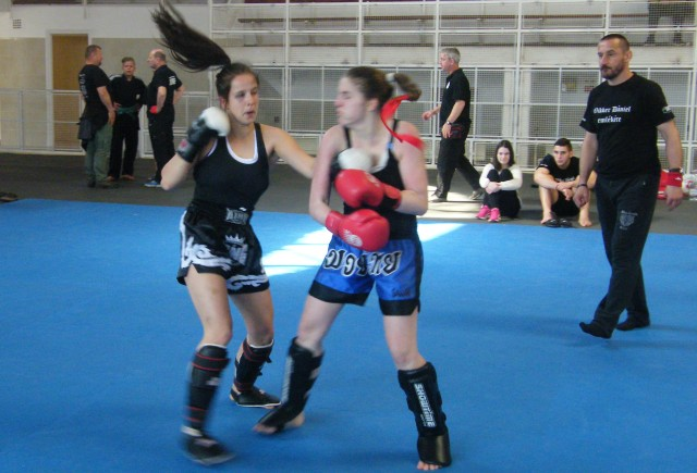 Küzdelem a tatamin, a mérkőzést Vancsik Nándor vezeti