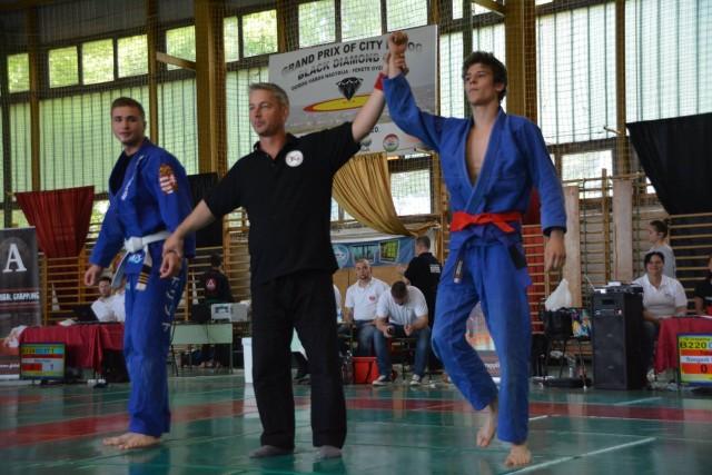 Kovács Gábor győztest hirdet a tavalyi Gi Junior Fiú Csapatbajnokságon