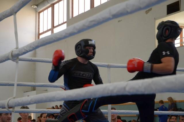 Kesztyűs Expert küzdelem a ringben