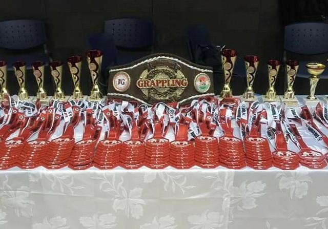 A versenyen szerezhető érmek, kupák és a szeptemberi Felnőtt Magyar Döntő egy bajnoki öve
