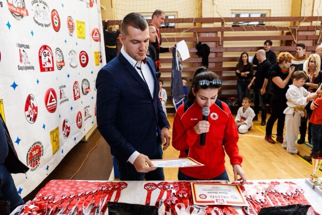 Díjat ad át Lorcsi Pluhár és Kárpáty Ernő, a sportbizottság elnöke