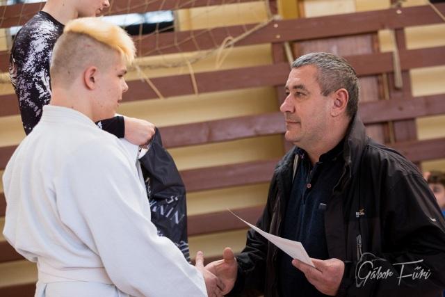 Lengyel István oklevelet ad át Füri Gábor képén