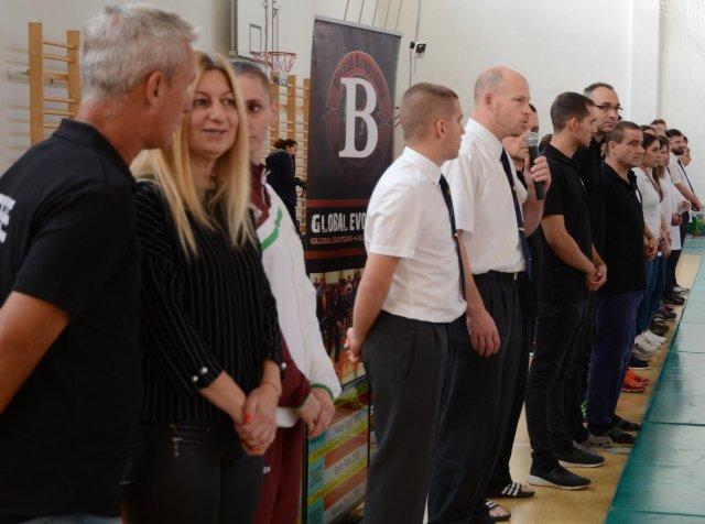Előtérben Oláh Klára polgármester asszony, mellette Rákóczi Renáta Kick-box Világbajnok
