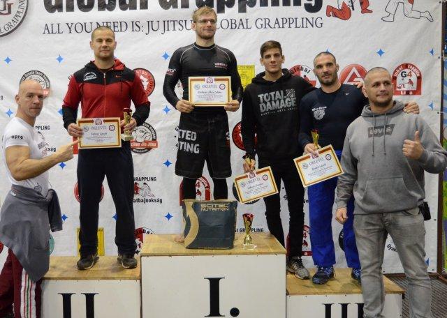 Sárközi Róbert és Laczkó Balázs a NoGi Open 80+ kg díjait adja át