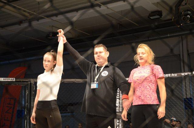 Tálos Lajos bírónk női NoGi-Cage Grappling mérkőzés győztest hirdet