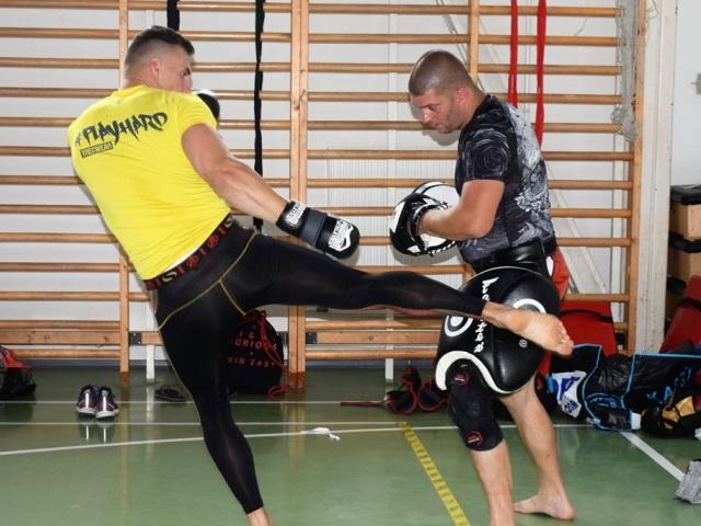 Koczka Bernát combat oktatónk technika bemutatása közben